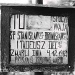 Tabliczka na nagrobku Deców. Jawornik Polski. Około 1975.