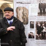 Rynek w Krakowie, 27 I 2008 r. Abraham Segal przed planszą wystawową poświęconą polskim rodzinom ukrywającym Żydów w Markowej. Fot. Igor Witowicz.