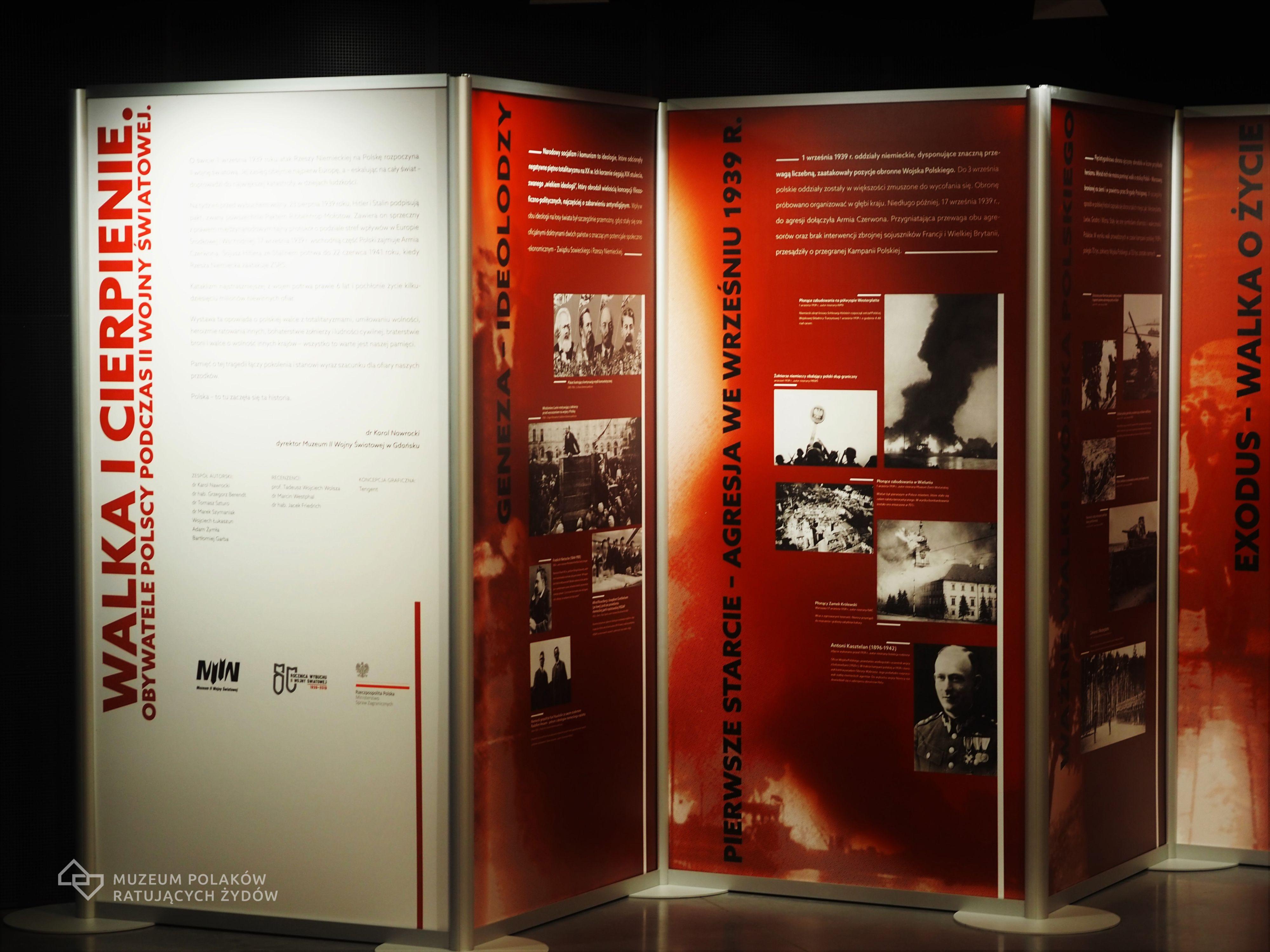 """Fragment wystawy """"Walka i cierpienie. Widoczne 3 plansze w kolorystyce biało-czerwonej."""