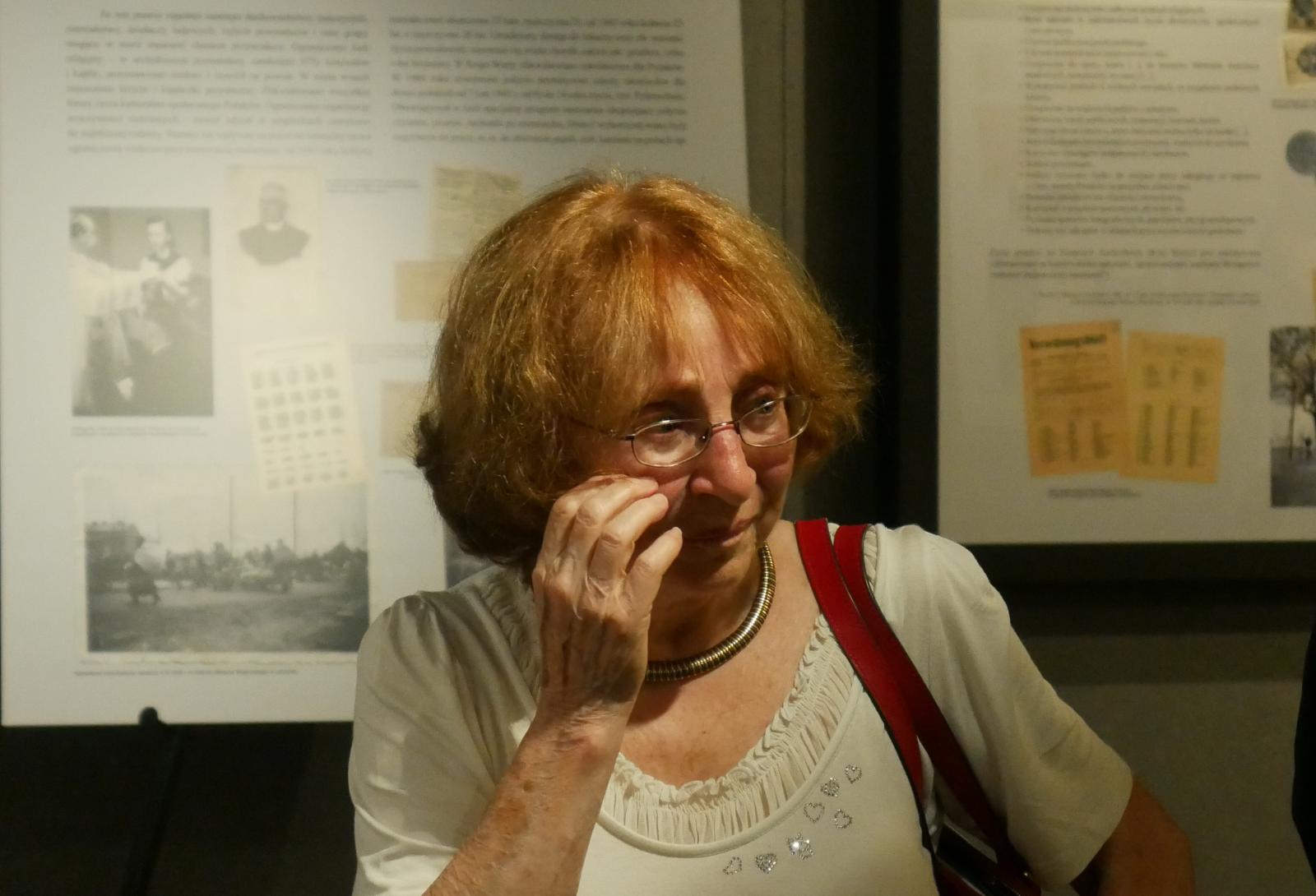 Renata Frenkel uchwycona na zdjęciu w Muzeum Polaków Ratujących Żydów