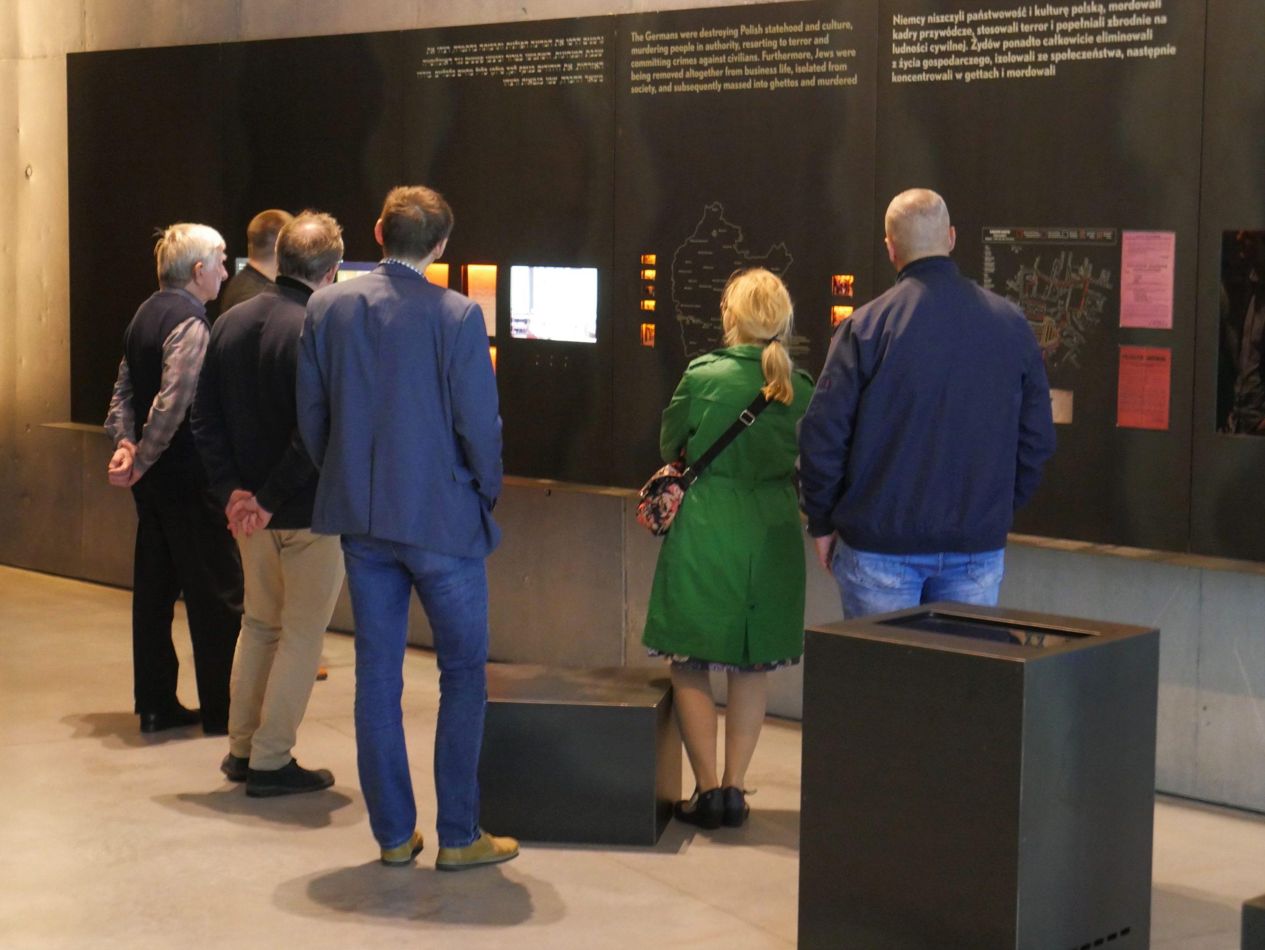 Osoby zwiedzają ekspozycję główną Muzeum